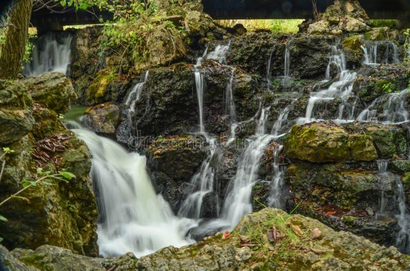 Каскадируя вода в скалистом потоке стоковая фотография rf