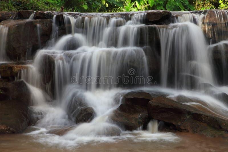 Каскадируя водопад в сезоне дождей глубоко внутри тропического леса Таиланда стоковое изображение