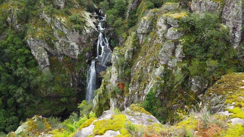 Каскад воды между камнями, Силеда, Понтеведра, Галисия, Испания стоковые изображения rf
