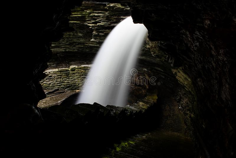 Каскад Cavern - водопад долгой выдержки - парк штата Watkins Глен - Нью-Йорк стоковое фото rf