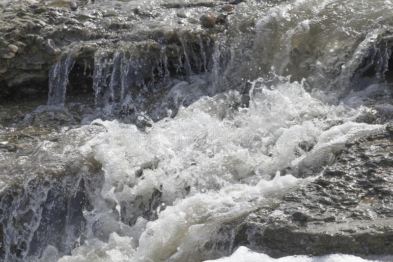 Каскады малых водопадов на реке стоковые фото