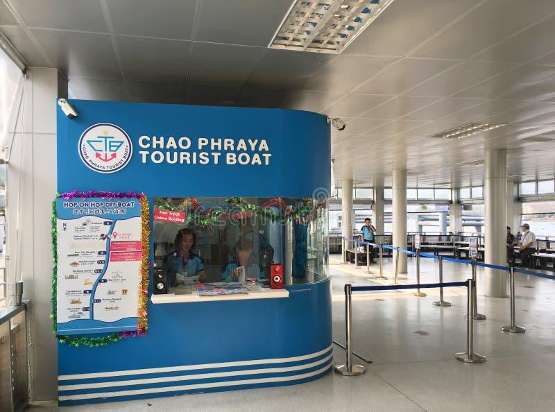 Касса туристской шлюпки Chao Phraya на пристани Sathorn Taksin, Бангкоке стоковое фото rf