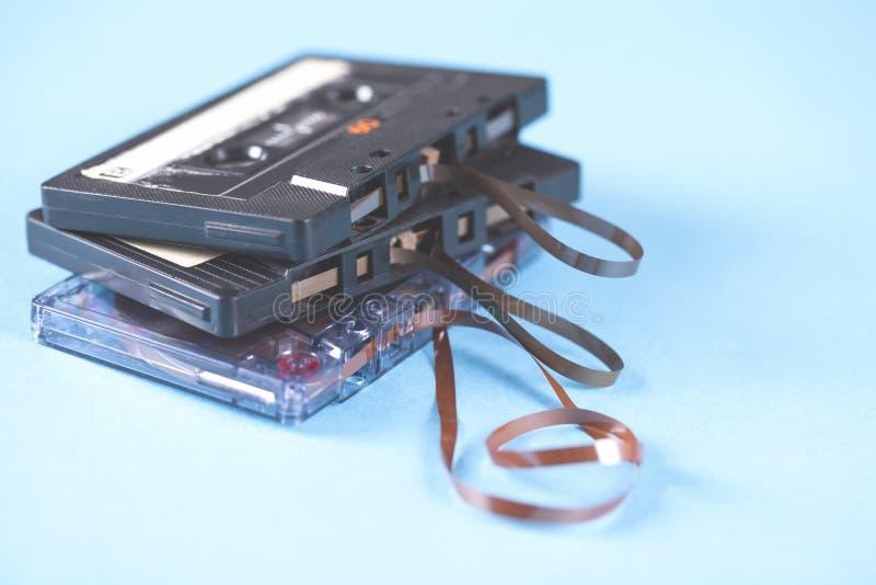 Кассета музыки винтажная на голубой предпосылке таблицы стоковое изображение rf