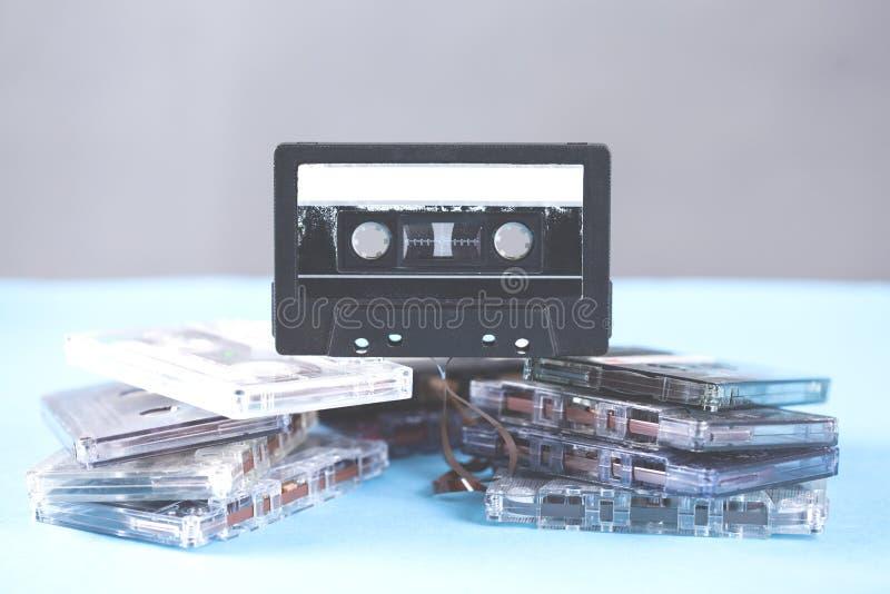 Кассета музыки винтажная на голубой предпосылке таблицы стоковые фото