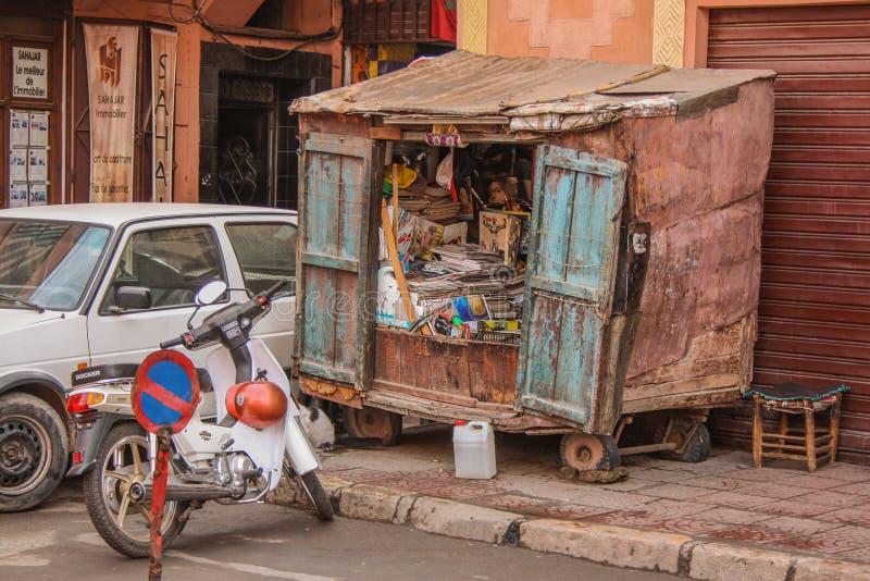 Кассеты и старые газеты внутри киоска на улице стоковое изображение rf