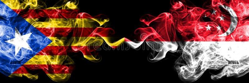Каталония против Сингапура, сингапурские флаги дыма установила сторону - - сторона Толстые покрашенные шелковистые флаги дыма Кат стоковое изображение