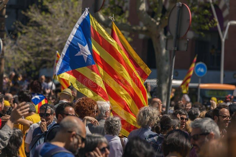 Каталонские демонстранты с национальными каталонскими символами в Барселоне для того чтобы поддержать свободу политических заключ стоковые изображения