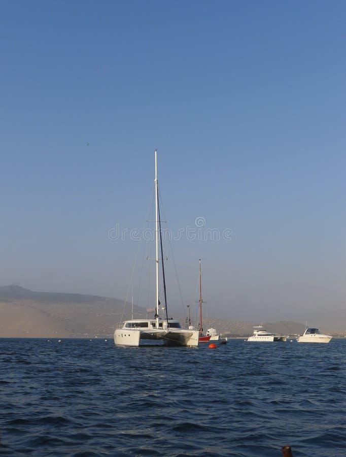 Катамараны и яхты в пляжном комплексе Ancon стоковое изображение rf