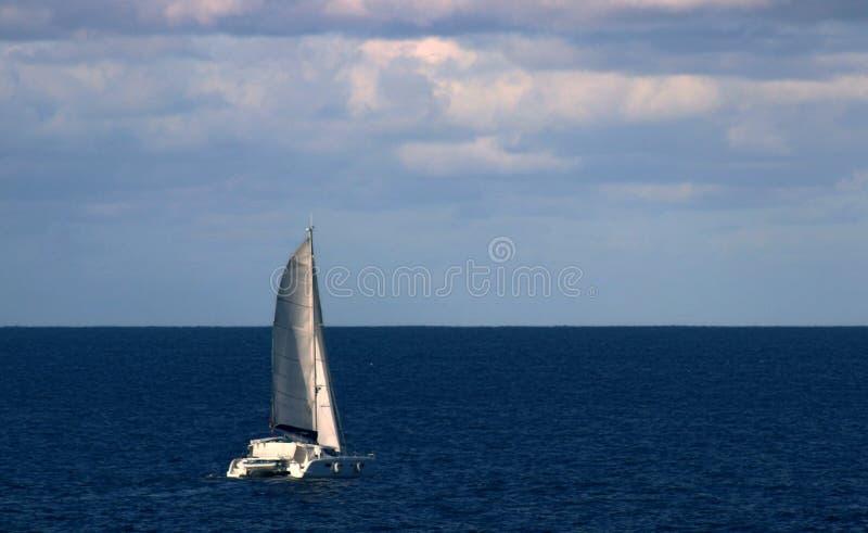 Катамаран возглавляя вне к морю стоковая фотография rf