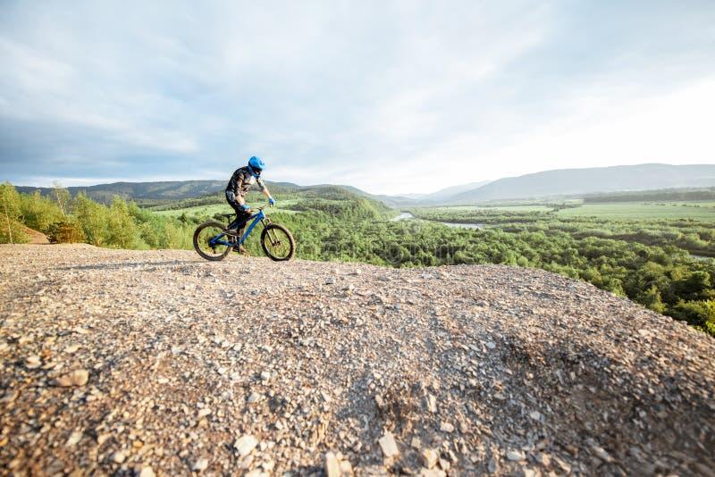 Катание велосипедиста на скалистых горах стоковые фотографии rf