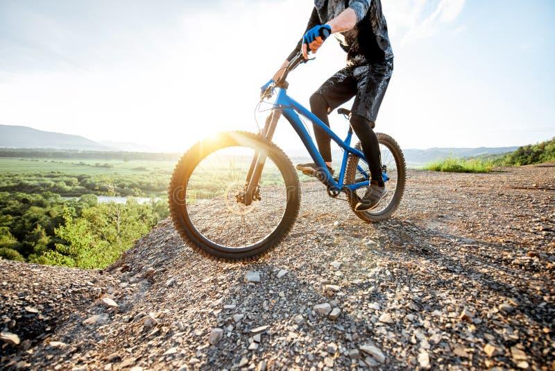 Катание велосипедиста на скалистых горах стоковые фото
