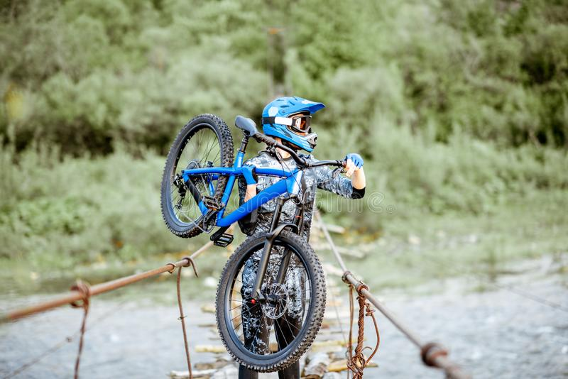 Катание велосипедиста на старом мосте в горах стоковое изображение rf