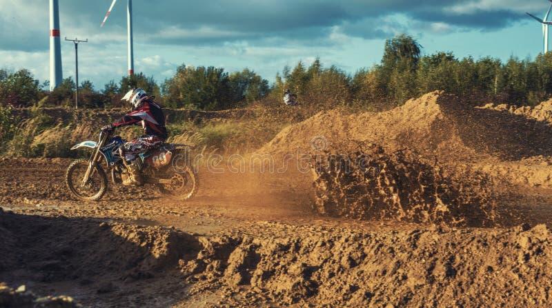 Катание всадника MX Motocross на грунтовой дороге стоковые фото