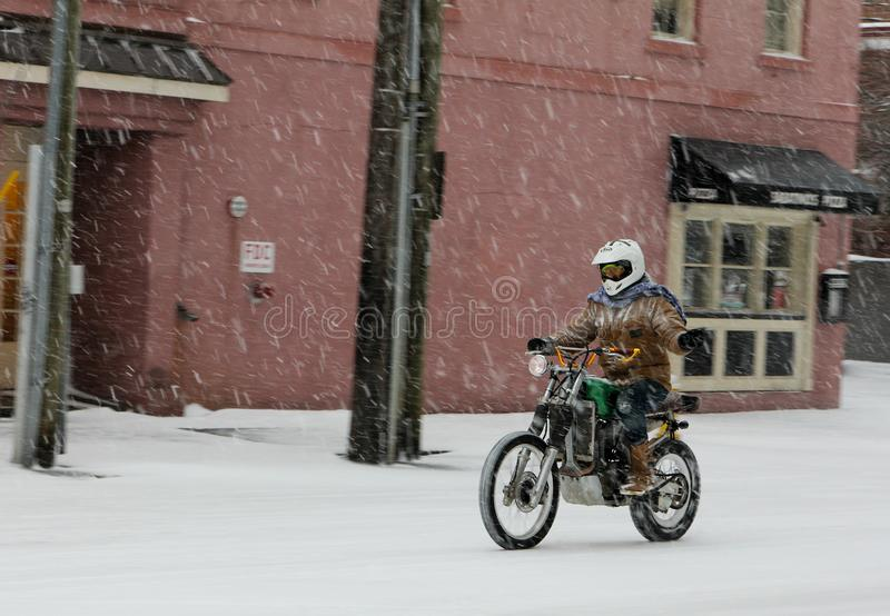 Катание мотоцикла в пурге стоковые изображения rf