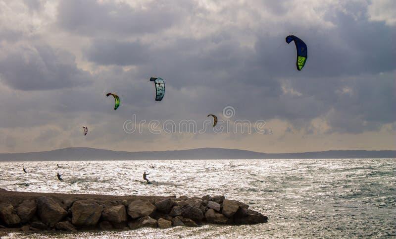 Катание на водных лыжах на горизонте моря, разделение, Хорватия стоковые изображения rf