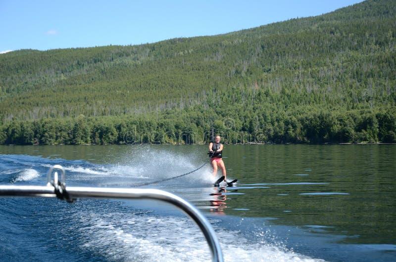 Катание на водных лыжах девушки на красивом озере стоковые изображения rf