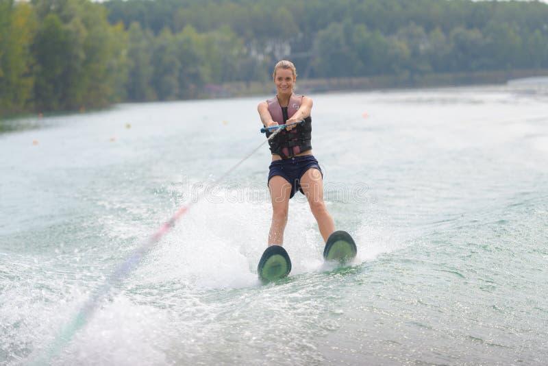 Катание на водных лыжах женщины портрета стоковая фотография
