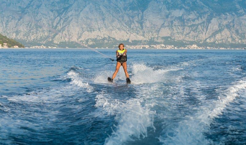 Катание на водных лыжах на море стоковая фотография