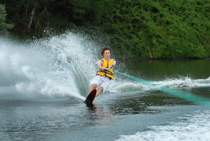 Катание на водных лыжах человека на озере стоковая фотография rf