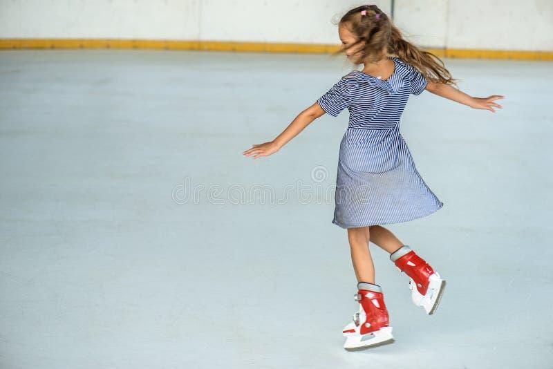 Катание на коньках маленькой девочки стоковое фото