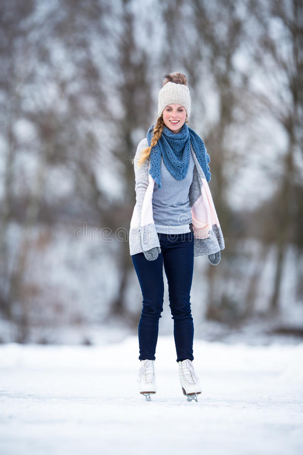 Катание на коньках молодой женщины outdoors на пруде стоковое изображение