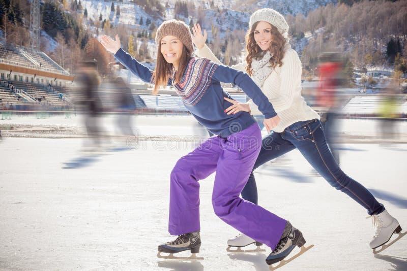 Катание на коньках подростков группы смешное внешнее на катке стоковые фотографии rf
