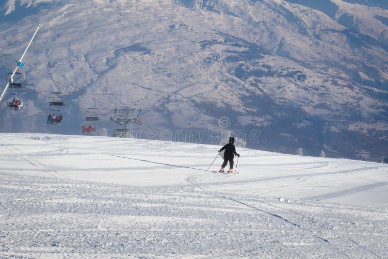 Катание на лыжах девочка-подростка покатое на свежо выхоленном горнолыжном склоне стоковые фото
