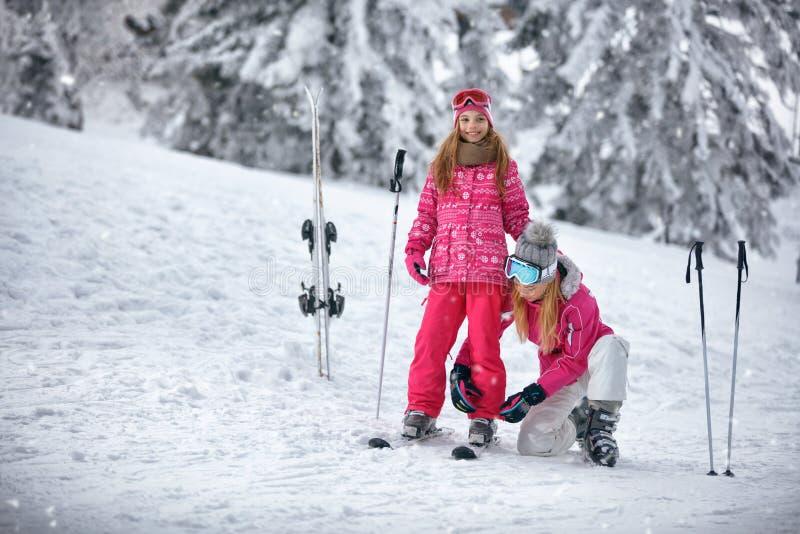 Катание на лыжах, зима, снег, солнце и потеха - будьте матерью подготавливать для кататься на лыжах стоковое фото rf