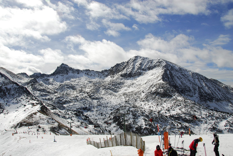 катание на лыжах курорта установки стоковое фото