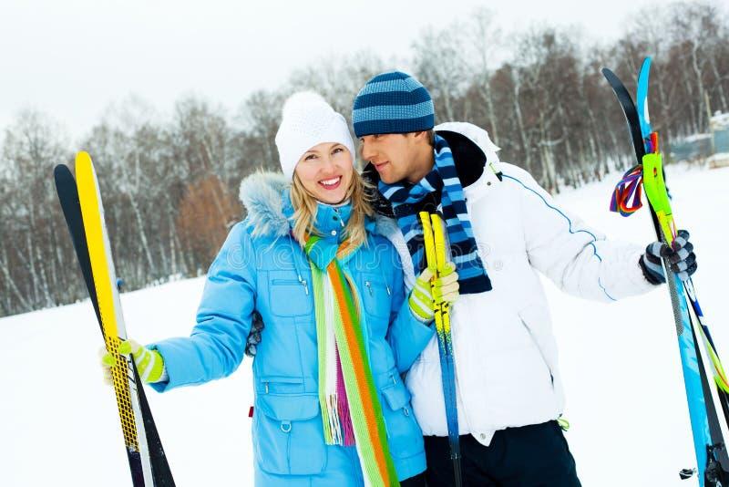 катание на лыжах пар счастливое стоковое фото rf