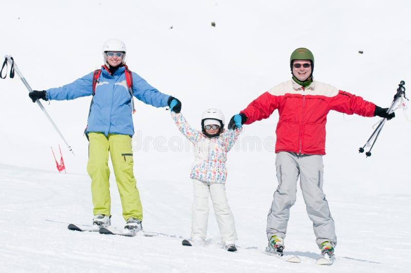 катание на лыжах семьи стоковое фото