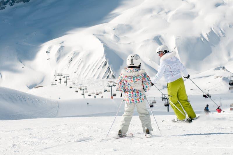 катание на лыжах семьи стоковая фотография