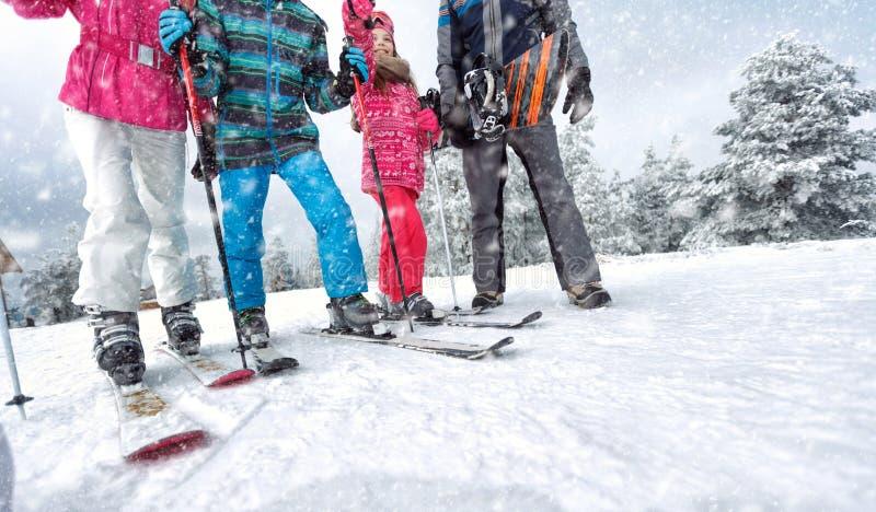 Катание на лыжах, семья концепции потехи зимы наслаждаясь каникулами зимы на s стоковые изображения rf