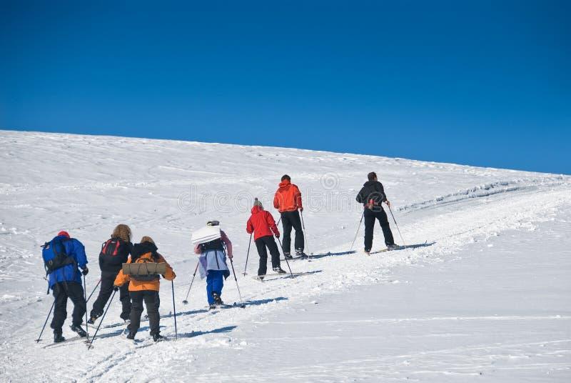 катание на лыжах 2 холмов вверх стоковые фото