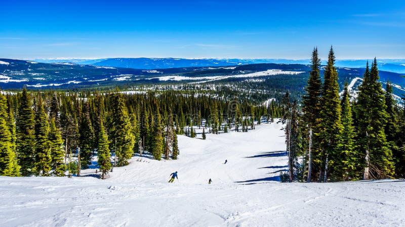 Катание на лыжах весны на пиках Солнця стоковые изображения