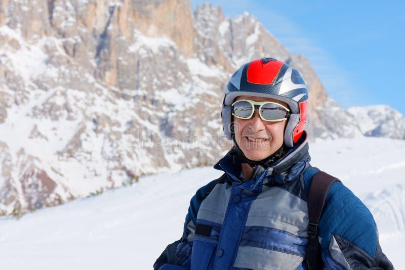 Катание на лыжах старшего человека портрета усмехаясь стоковое фото rf