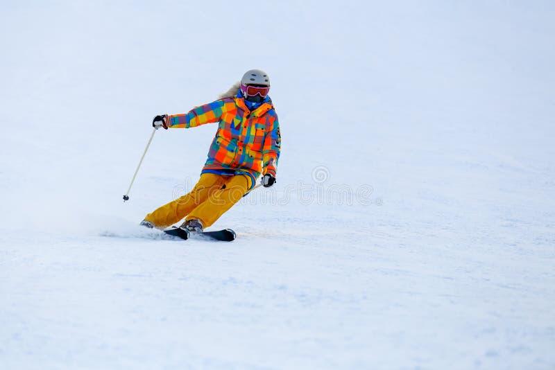 Катание на лыжах лыжника в свежем снеге на наклоне лыжи стоковые изображения rf