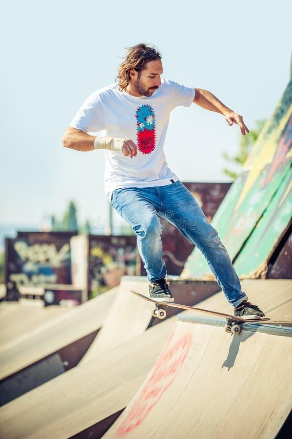 Катание скейтбордиста в парке конька стоковое изображение rf