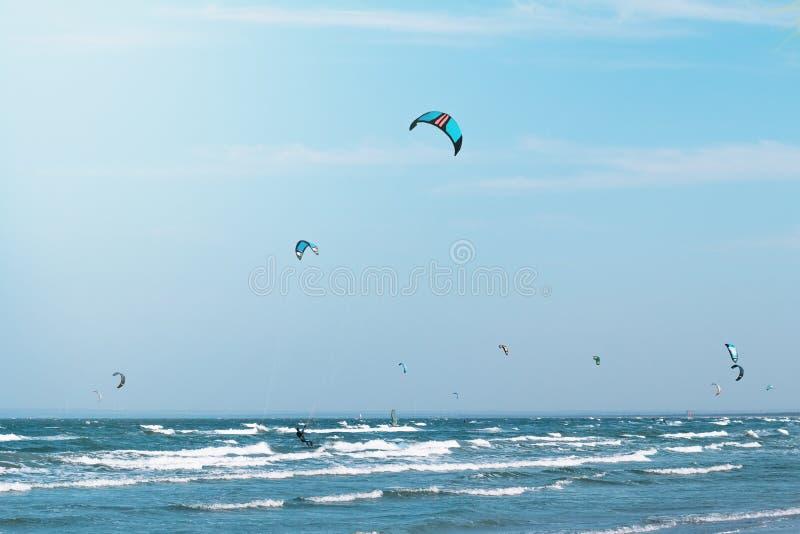 Катание Kitesurfers в волнах стоковое изображение