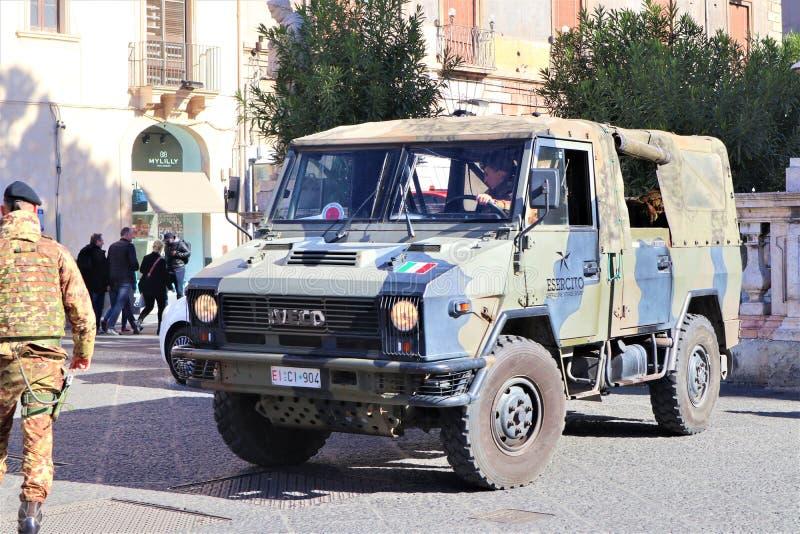 Катания - Сицилия r 31-ое января 2019 Военное транспортное средство и солдат стоковые фотографии rf