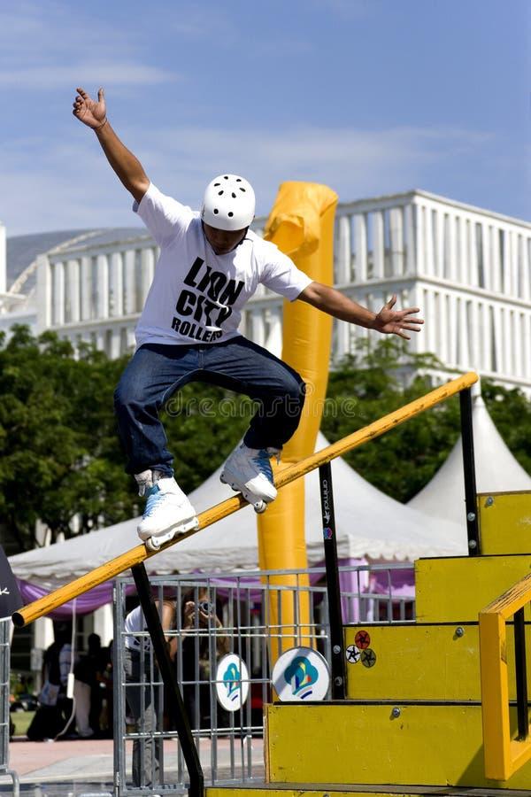 кататься на коньках агрессивныйого поручня действия встроенный стоковое фото