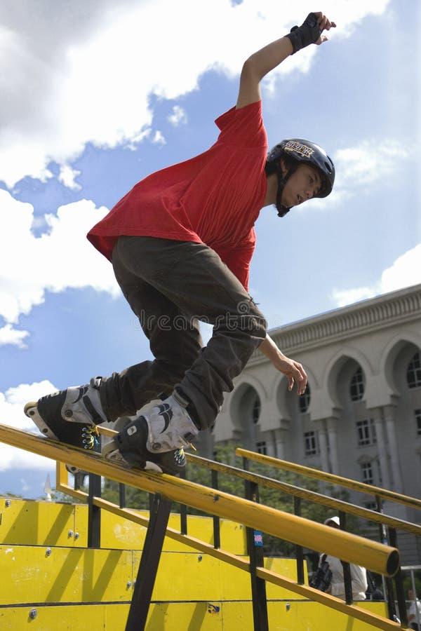 кататься на коньках агрессивныйого поручня действия встроенный стоковое изображение rf