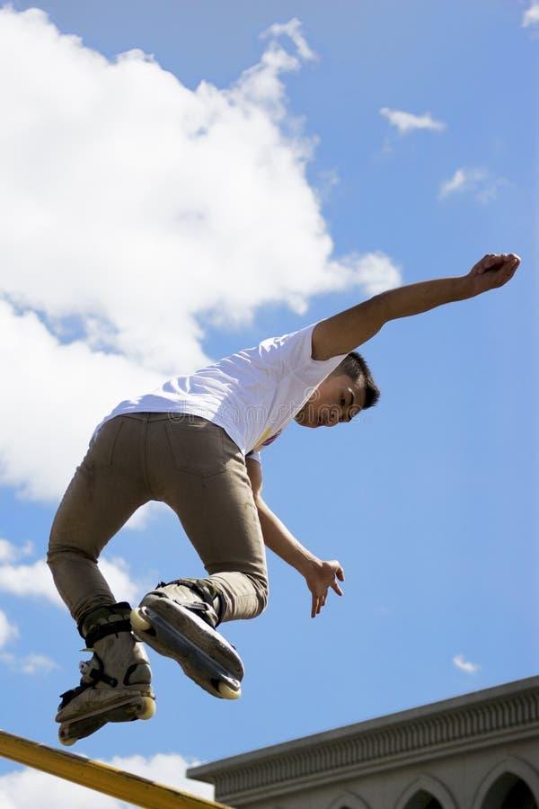 кататься на коньках агрессивныйого поручня действия встроенный стоковые фото