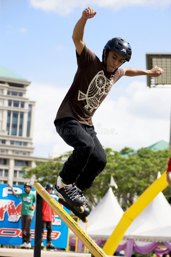 кататься на коньках агрессивныйого поручня действия встроенный стоковое фото rf