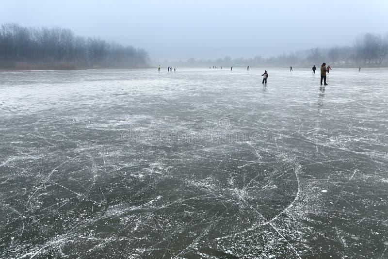 Кататься на коньках на замороженном озере стоковые фото