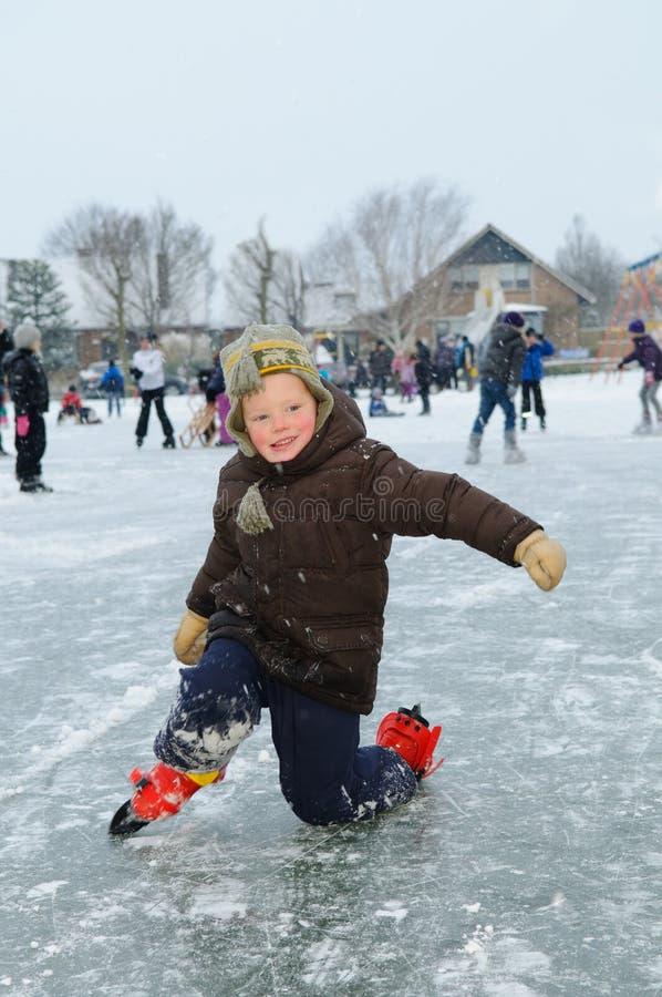 кататься на коньках ребенка стоковое фото