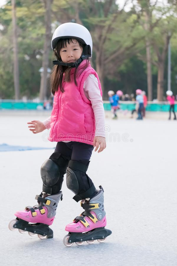 Кататься на коньках ролика игры девушки стоковые фотографии rf