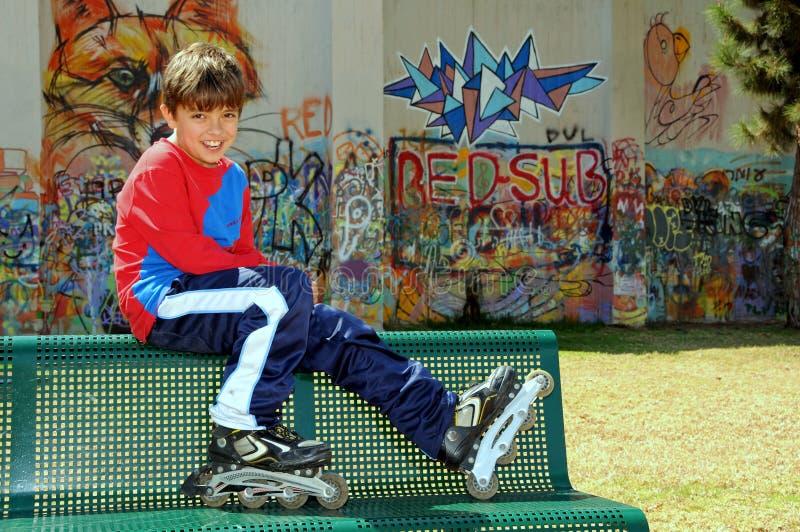 кататься на коньках rollerblades мальчика стоковая фотография rf