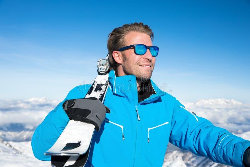 Кататься на лыжах в горах зимы снежных стоковая фотография