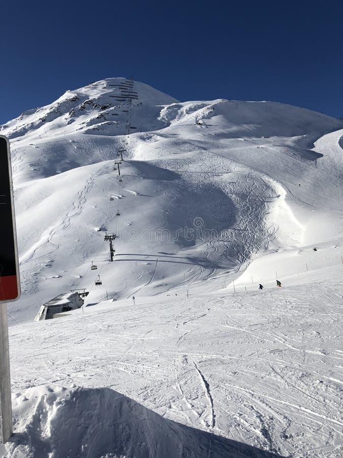 Кататься на лыжах на горе в зиме стоковые изображения